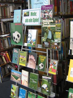 Передвижная выставка просмотр Футбол больше чем игра   представленных на выставке представляют собой не просто книги для чтение на досуге а могут быть использованы для написания курсовых и дипломных работ